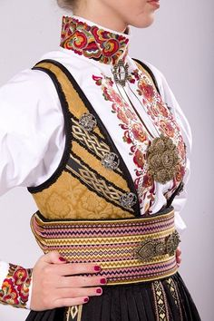 More of golden color in European traditional costumes across the countries :) Folk Fashion, Ethnic Fashion, Vintage Fashion, Folk Clothing, Historical Clothing, Traditional Fashion, Traditional Dresses, Norwegian Style, Ethnic Dress