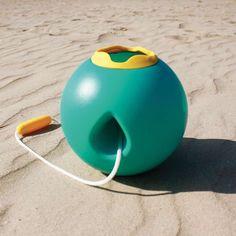 Pour faire les petits fous à la plage ou à la maison, voici le ballo, le seau qui empêche de renverser l'eau !    Design et ergonomique, les petits se l'approprieront rapidement pour prendre de l'eau, la remonter, la renverser sur le sable...    A partir de deux ans.    D: 19 x 19 x 19 cm.    Jouet conçu sans BPA, sans phtalates, sans latex et 100% recyclable.   22,00 € http://www.lafolleadresse.com/jouets-d-exterieur/5018-seau-design-ballo-turquoise-quut.html