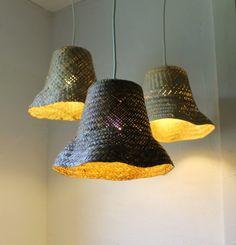 Tiens, toi, ters vieux chapeaux de paille déformés t'en fais quoi? Bah, des lampes… (via Basket Case upcycled wicker basket hanging pendant par BootsNGus)