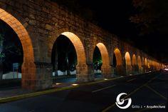 El acueducto esta conformado por 253 arcos de medio punto que alcanzan su máxima altura de 9.24mts. La longitud de 1,700mts.