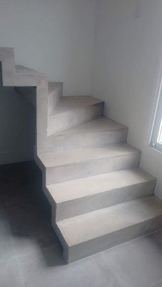 Escada Cascata em concreto aparente. Condomínio Vila da Suíça.  Sorocaba/SP. Contato: 11 973951354 Vivo/Whatsapp Email: Del... Concrete Staircase, Staircase Railings, Staircase Design, Stairways, Types Of Stairs, Timber Stair, Flur Design, Model House Plan, Building Stairs