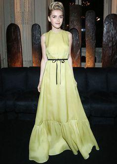 Kiernan-Shipka-vestido-amarelo-Valentino