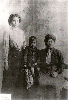Standing is James Mackay Snr's daughter, Parearohi (Arihia) aged Seated is Mackay's wife, Puahaere with their son Ngawini. The photo was taken in the same year that James Mackay and Puahaere separated. Maori People, Tribal People, Maori Words, Maori Art, Bone Carving, Photo Look, Historical Photos, Old Photos