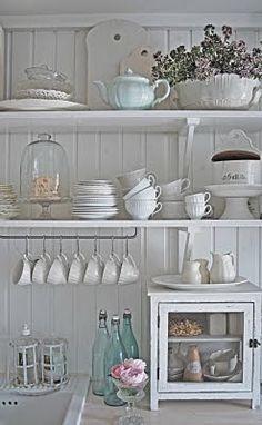 White dishes on open shelving - Lottens vita och gröna