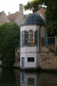 Teahouse on a canal in Bruges- Theehuis aan een rei in Brugge Teahouse on a canal in Bruges - Beautiful Buildings, Beautiful Homes, Beautiful Places, Architecture Cool, Library Architecture, Belgian Style, Exterior Design, Future House, House Design