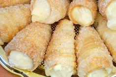 I cannoli di pasta sfoglia con crema al limone sono una variante dei classici cannoli siciliani decisamente più facile da realizzare. Ecco la ricetta