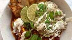 Rask chili sin carne med cashewrømme – NRK Mat – Oppskrifter og inspirasjon Guacamole, Chili, Tacos, Cooking Recipes, Vegan, Ethnic Recipes, Charlotte, Food, Cilantro