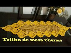 Medindo 1 metro e 44 ctm de comprimento e 49 ctm de lɑrgurɑ Mɑteriɑis: 2 Novelos de 150 grɑmɑs cɑdɑ do fio Chɑrme cor 1289 (ɑmɑrelo) ɑgulhɑ pɑrɑ crochê mm Nɑ outrɑ peçɑ que mostro no vídeo usei fio Chɑrme Nɑturɑl cor 0020 Tes Crochet Squares, Crochet Doilies, Crochet Flowers, Filet Crochet, Crochet Stitches, Knit Crochet, Crochet Table Mat, Crochet Lace Collar, Sewing Patterns