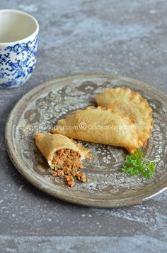 These Empanadas de Yuca Flour (tapioca) are a delicious, crispy, gluten-free, egg-free pockets of amazingness that you need to try right now! Yuca Recipes, Paleo Recipes, Real Food Recipes, Cooking Recipes, Yummy Food, Amish Recipes, Dinner Recipes, Pastelitos Recipe, Dominican Food