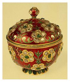 016-Copa con tapa-oro diamantes en bruto esmeraldas y esmalte-India siglo 17-Copyright ©2003 State Hermitage Museum