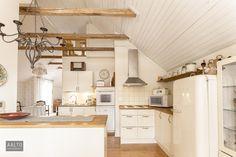 Hirsitalon keittiö kattoparruineen