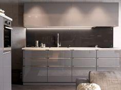 Modern, magas fényű szürke IKEA konyha, világos munkalappal és rozsdamentes eszközökkel