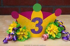 Feesthoed voor een 3 jarige peuter met een kroontje, bloemen van crepepapier en krullintjes / Henriette IJsendoorn