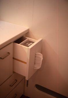 ティッシュボックスが収まるように作られた洗面台引き出し   ...