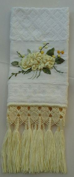 Toalha+de+lavabo+finamente+bordada+à+mão+com+sianinha+e+motivo+de+flores+e+acabamento+em+macramé.