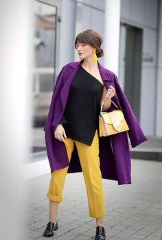 Conjunto abrigo morado, camiseta negra, pantalones amarillos, mocasines negros, bolso amarillo multicolor y pendientes amarillos | Mis conjuntos