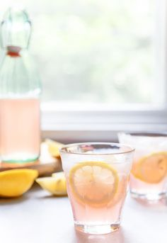 Rose Lemonade is a delicious wine cocktail that is perfect for warm weather! You and your friends will enjoy this refreshing drink, which combines fruity rose wine and homemade lemonade. The pale pink color of this cocktail in the glass is gorgeous. Cointreau Cocktail, Rose Cocktail, Lemonade Cocktail, Lemonade Drink, Sparkling Lemonade, Spritzer Drink, Cocktails Vin, Cocktails Champagne, Gourmet