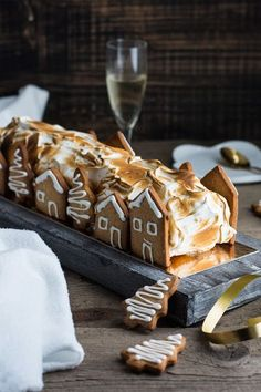 Bûche façon tarte au citron meringuée The website is all in french but I think this is just toasted Xmas Food, Christmas Cooking, Delicious Desserts, Dessert Recipes, Yummy Food, Christmas Desserts, Christmas Treats, Bolo Original, Winter Torte