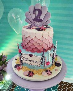 """424 curtidas, 6 comentários - Por Simone Rodrigues (@piradaemfesta) no Instagram: """"Inspiração linda de bolo para o tema Sereia. Coisa fofa!! Pic via @mimospoa - #festasereia…"""""""