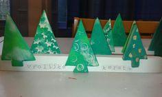 Vrolijke -kerst boompjes uit klei op houten latjes