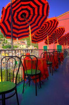 Colorful Lunchtime.  Vernazza, Cinque Terre, Italia