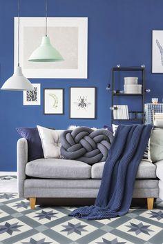 imitation carreaux de ciment pas cher vinyle pvc blog deco idée de décoration originale une déco bleu dans le salon avec du bleu roi sur les murs et des touches de bleu grace aux accessoirs #bleu #blue #décoration #déco #interiordesign #canape #salon #livingroom #tableau #décoaddict
