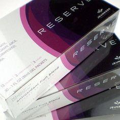 RESERVE RESERVE rend un long sentiment de vie juvénile . Ce gel au bon goût comprend de puissants antioxydants, y compris le resvératrol qui répare les dommages des radicaux libres et protége les cellules contre les dommages futurs. Vos cellules restent en bonne santé, vivent plus longtemps, et vous laisse avec des effets durables de jeunesse. En savoir plus sur l'innovation Antioxydant Jeunesse. *30 Packets par boite