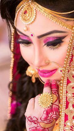 Best Makeup Artists , Plan your Wedding Makeup Artist the best way of shubhbaraat to help you. According to your budget and desire like – Bridal Makeup Artist, Makeup Artist, Airbrush Bridal Makeup. Indian Bridal Photos, Indian Wedding Poses, Indian Wedding Couple Photography, Bengali Wedding, Bride Photography, Indian Weddings, Bengali Bridal Makeup, Indian Wedding Makeup, Indian Makeup