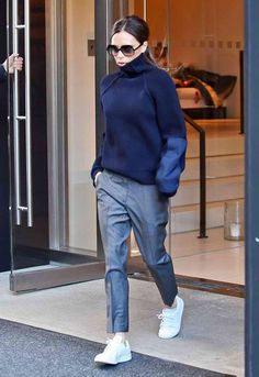 victoria beckham sai de estabelecimento usando óculos escuros,maxi tricot com…