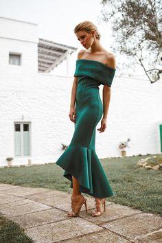 I love the design of this green dress Elegant Dresses, Pretty Dresses, Beautiful Dresses, Fashion Mode, Look Fashion, Woman Fashion, Evening Dresses, Prom Dresses, Formal Dresses