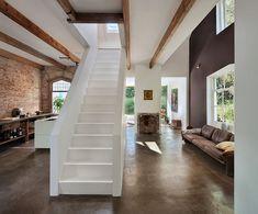 Die offene Wohnküche mit roten Ziegelsteinen und Steinboden ist etwas Besonderes. Klar hebt sich die weiße Küche ab, im selben strahlenden weiß dominie