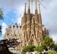How to get Sagrada Familia tickets in the best way? Barcelona can be so crowded, especially the Sagrada. Here are 6 mistakes you should know before visiting and tips on skipping the line! Gaudi, Barcelona Hotels, Barcelona Spain, Cruise Europe, Wanderlust, Beautiful Park, Chef D Oeuvre, Places Of Interest, Spain Travel