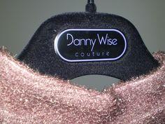 Peccato solo che a poterselo permettere un abito di Danny Wise sono davvero poche considerando la popolazione mondiale femminile, e anche questo rende le creazioni del grande stilista oggetti del desiderio forse più di un gioiello importante. Il sogno di chiunque voglia sentirsi almeno per una sera principessa. Anzi, no, nel caso di Danny Wise , proprio regina.  E se possibile, di più.