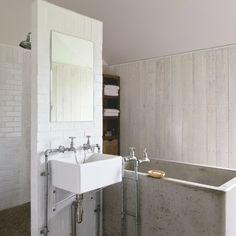 Une salle de bain brute et nature