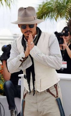 Actor Johnny Depp attends Pirates of the Caribbean, Cannes Film Festival, May Cannes, France. Johnny Depp Pictures, Here's Johnny, Johny Depp, Z Cam, Best Mens Fashion, Raining Men, Movie Stars, Boho Fashion, Net Fashion