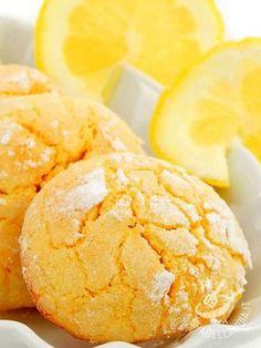 Biscotti al limone senza glutine: piccoli bocconcini di pasta morbidi ripieni con golosa crema pasticciera al limone: piccole delizie dal gusto fresco!