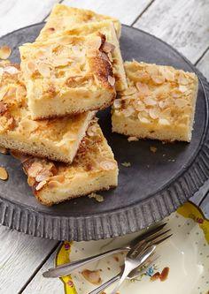 Saftiger Marzipan-Butterkuchen: Ein frischer Hefe-Blechkuchen mit Crème-fraîche-Marzipan-Belag