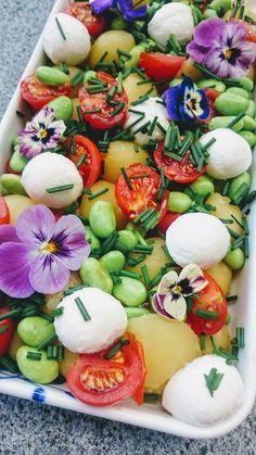 Kartoffelsalat med edamamebønner. Sol, sommer og gang i grillen. Det er den danske sommer når den er bedst. Denne lækre kartoffelsalat passer perfekt til en