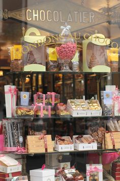 Paris and chocolate Tienda Chocolate, Vitrine Design, Lokal, Shop Fronts, Pastry Shop, Lovely Shop, Candy Store, Cake Shop, Confectionery