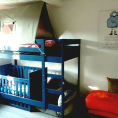 """Kinderkamer handig stapelbed gecombineerd met een ledikant waarvan een kant verlaagd is. Likje verf... En een """"bedtent"""" om te zorgen dat ie wel via het trappetje uit bed gaat ipv er zo uitstapt."""