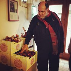 Our buddy Giorgione carefully inspecting his Cipolle di Cannara delivery!