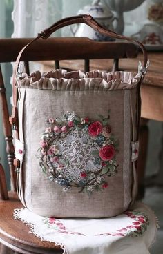 Hand Embroidery Art, Embroidery Bags, Patchwork Bags, Quilted Bag, Fabric Crafts, Sewing Crafts, Japanese Bag, Vintage Purses, Fabric Bags