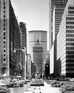 NY Architecture Images- Midtown/Met Life Building(formerly the Pan Am Building)/architect  Emery Roth & Sons with Walter Gropius and Pietro Belluschi as design consultants/200 Park Ave. / 1963 /Brutalism/Developer: Erwin S. Wolfson/Height 808 ft (246 m), 59 floors eight-storey, granite-clad base The concrete walls of the tower are interrupted by two colonnaded openings on the facade, at 21st and 46th floors, behind which the technical equipment is located. type  Office Building