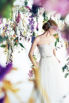 ウエスト位置が高いトップスはビジューの輝きが美しく、スタイルアップが叶う嬉しい一着。チュールのスカートがやわらかくやさしい印象に仕上げてくれるウエディングドレスです。