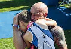 Il padre abbraccia Bailey, bimbo di solo 8 anni con una paralisi cerebrale, al traguardo di una gara di triathlon.
