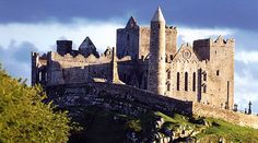 15 Must-See and Best Castles In Ireland To Visit - Ireland Travel Guides St Patrick's Day, Irish Landscape, Ireland Landscape, Tipperary Ireland, Cork Ireland, Ireland Food, Dublin Ireland, Ireland Travel Guide, Tourism Ireland