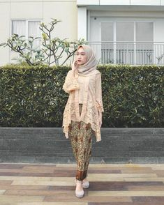 Discover recipes, home ideas, style inspiration and other ideas to try. Model Kebaya Brokat Modern, Kebaya Modern Hijab, Dress Brokat Modern, Kebaya Hijab, Kebaya Muslim, Kebaya Kutu Baru Modern, Dress Brukat, Hijab Dress Party, Batik Dress