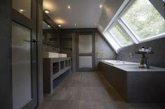 Landelijke badkamer met Beton Cire look. rco. misschien de raampartij kopieren?