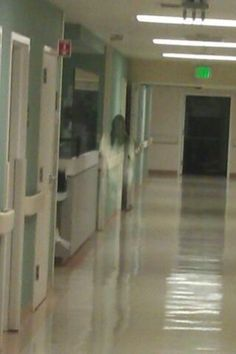 World of the Paranormal Ghost Images, Ghost Pictures, Ghost Pics, Spooky Places, Haunted Places, Spirit Ghost, Ghost Sightings, Ghost Hauntings, Paranormal Photos