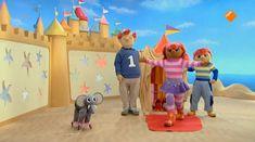 Sassa en Toto lopen over een touw van hun circus. Koning Koos heeft lekkere bananen gekocht. Die lusten Sassa en Toto wel, maar ze staan zo hoog op het touw dat ze er niet bij kunnen! Gelukkig durft Koning Koos ook over het touw te lopen! Even later is Toto een circushond! Hij kan veel trucjes. School Tv, Circus Clown, Clowns, Dinosaur Stuffed Animal, Projects, Kids, Circus Thema, Theater, Carnival